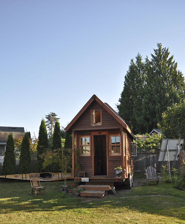 Tiny_house_in_yard,_Portland